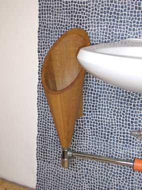 ein urinal aus holz ohne wassersp lung. Black Bedroom Furniture Sets. Home Design Ideas
